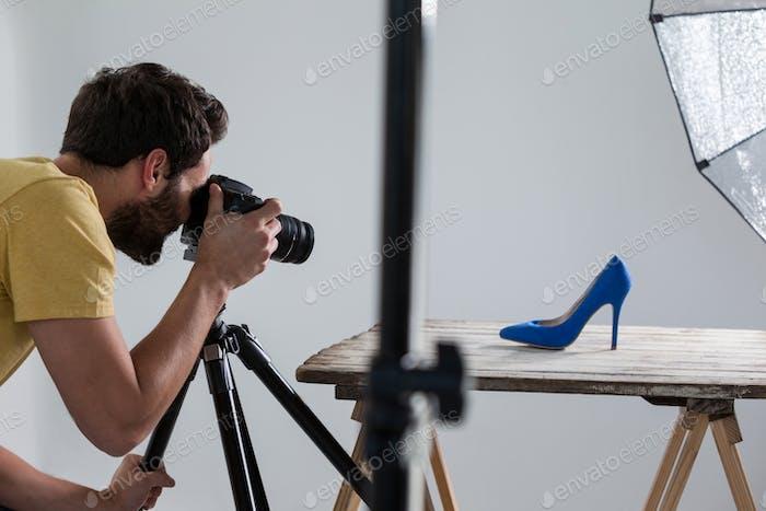 Männlicher Fotograf fotografiert Schuhe