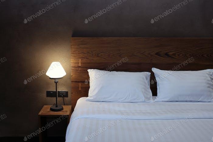 Lámpara de escritorio con almohada y cama