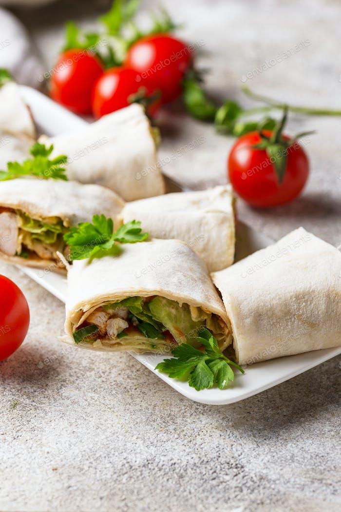 Lavash Brötchen mit Huhn und Gemüse