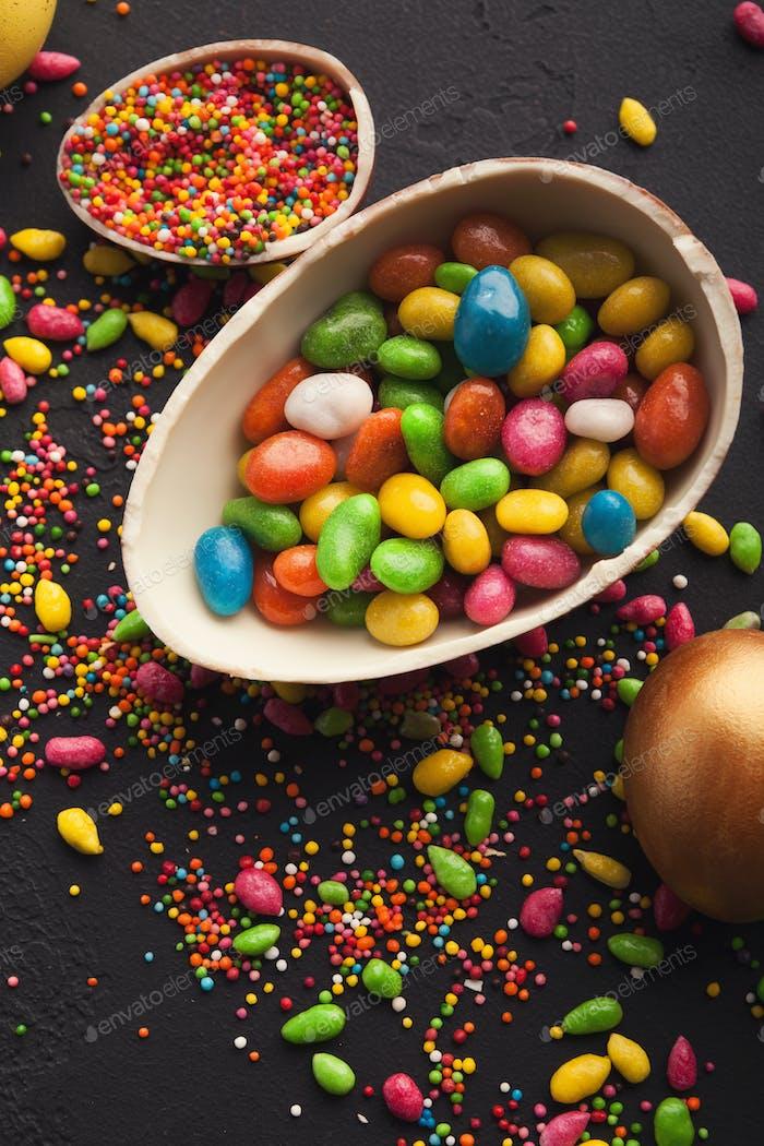 Schokoladenei und bunte Bonbons