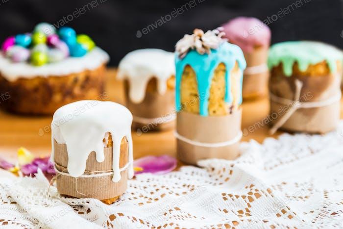 Festlicher Ostertisch mit Osterkuchen und Eiern