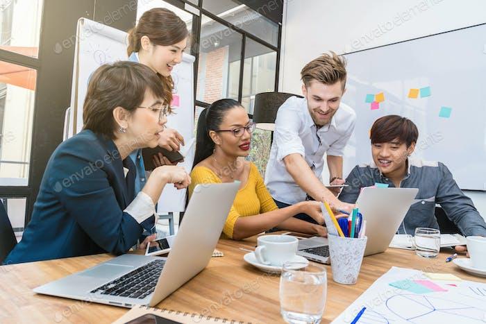 Gruppe asiatischer und multiethnischer Geschäftsleute mit Gelegenheitsanzug
