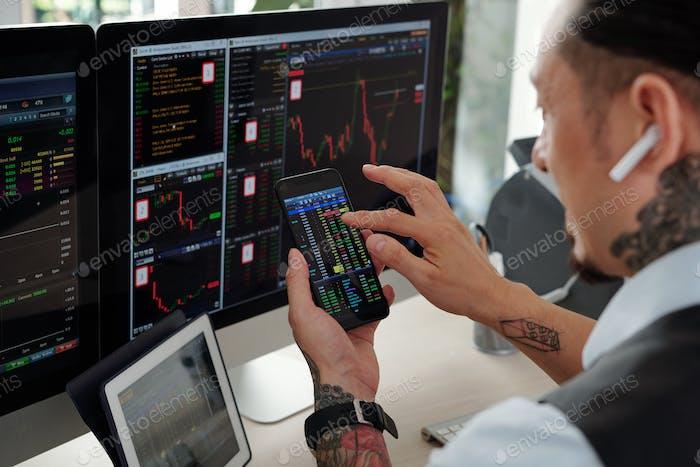 Comerciante comprando acciones