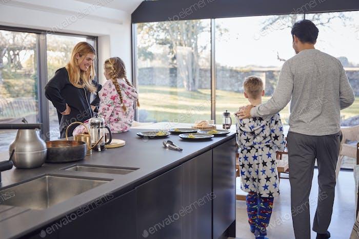 Familie bereitet gemeinsam Brunch zu Hause in der modernen Küche vor