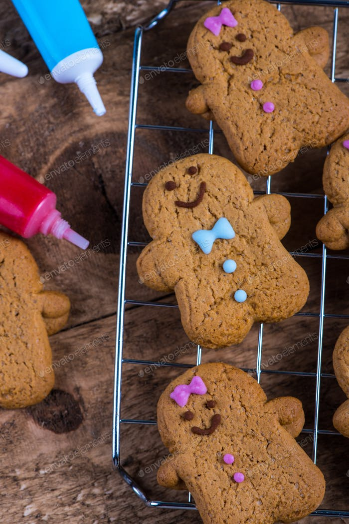 Smiling gingerbread on cooling tray