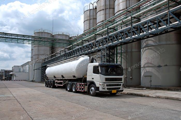 Tanker, LKW-Liefergefahr Chemikalie in Petrochemieanlagen