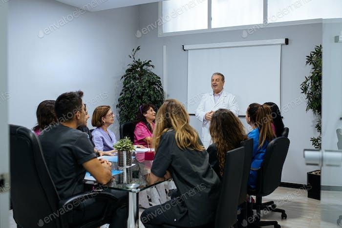 grupo concentrado de jóvenes trabajadores del equipo de la clínica dental en un m