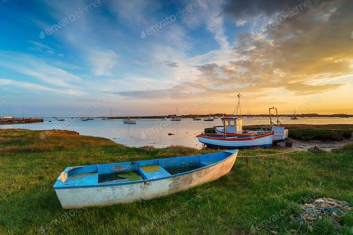 Schöner Sonnenuntergang über alten Fischerbooten in Suffolk