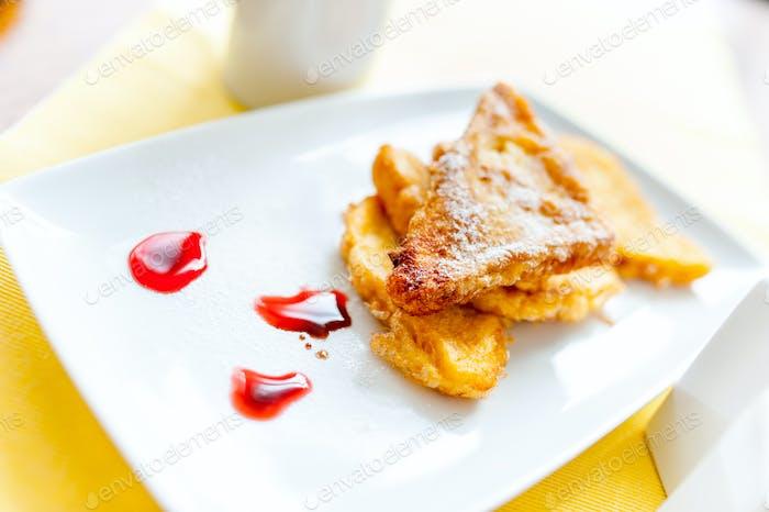 Perfektes Frühstück mit französischem Toast, Orangensaft, Edelstein und Butter