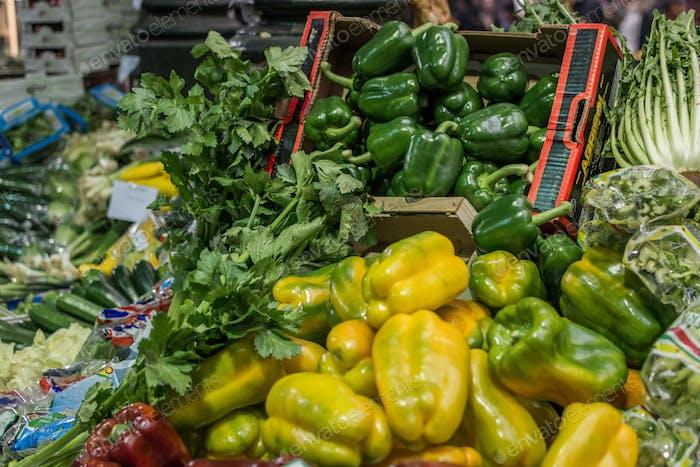 Gelbe und grüne Paprika zum Verkauf