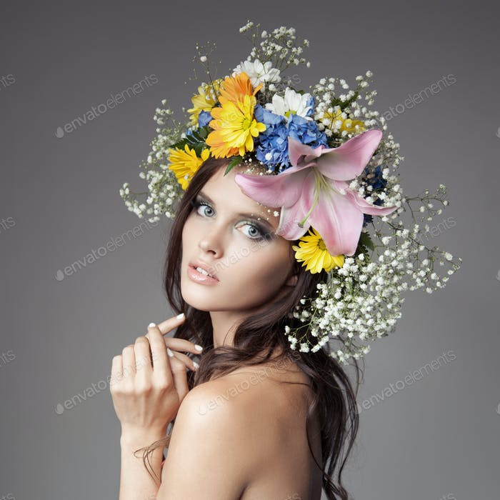 Schöne Frau mit Blumenkranz auf ihrem Kopf.