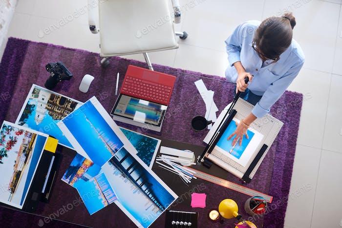 Fotograf und Künstler Arbeiten an Bild in Design Studio