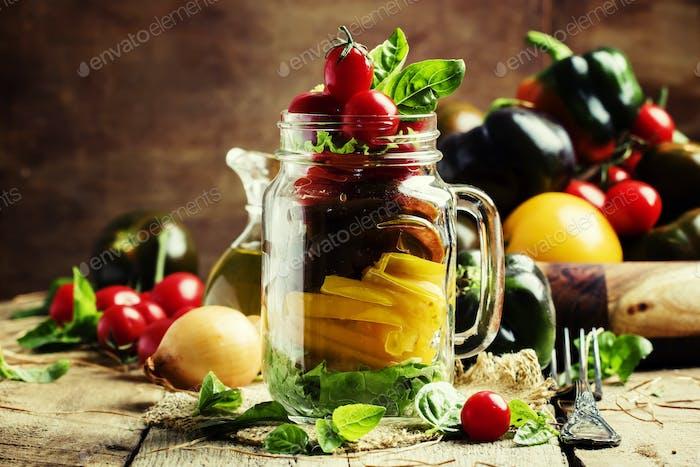 Vegetarischer Salat aus gelben, schwarzen und roten Kirschtomaten mit Paprika
