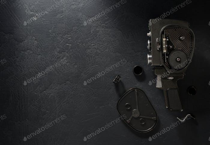 Filmkamera auf schwarzem Hintergrund
