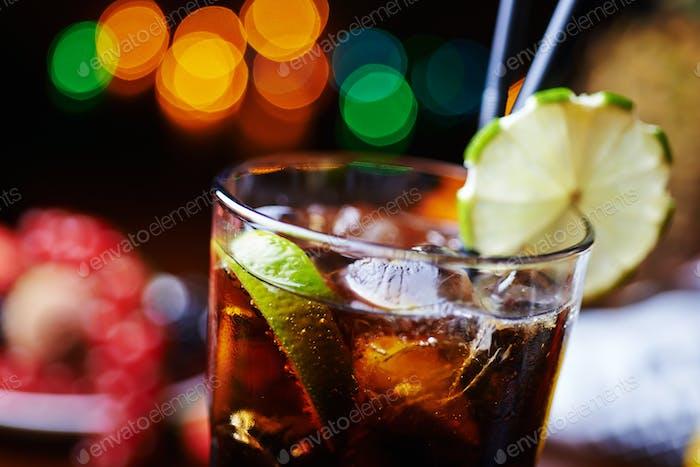starker Alkoholcocktail oder Limonade mit Dekoration.