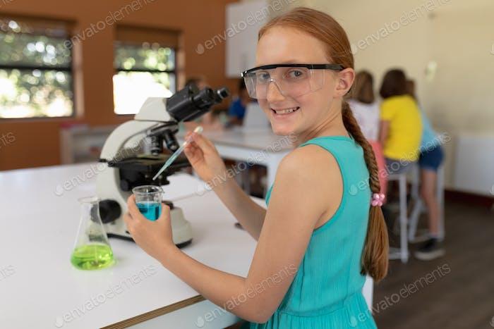 Grundschulmädchen in der Chemie Klasse