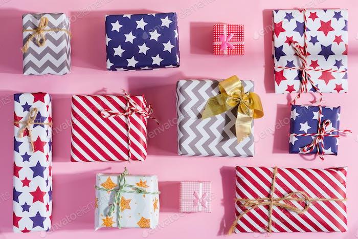 Grußkarte Weihnachten mit bunten Geschenk-Boxen
