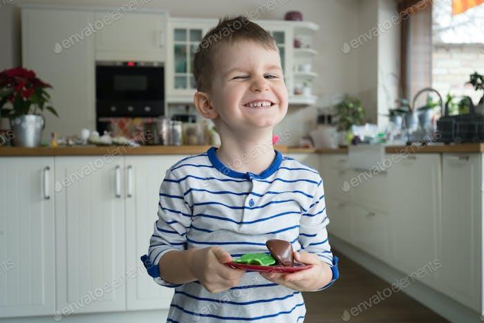 Fröhlicher Junge in der Küche
