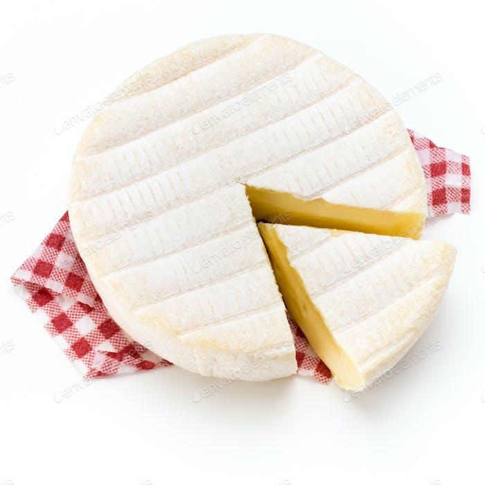 Stück Camembert Käse isoliert auf weißem Hintergrund. Von der Draufsicht.