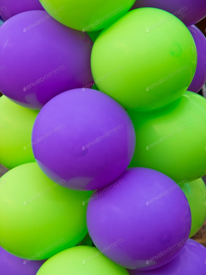 Grüne und violette Luftballons