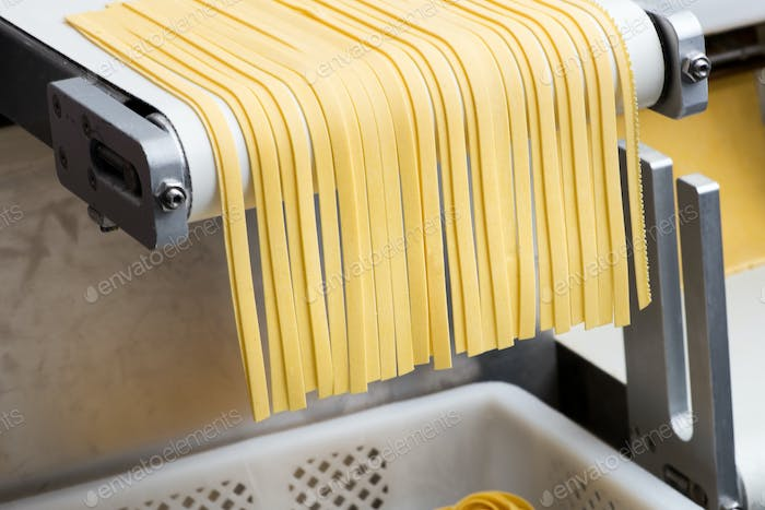 Machine for making tagliatelle pasta