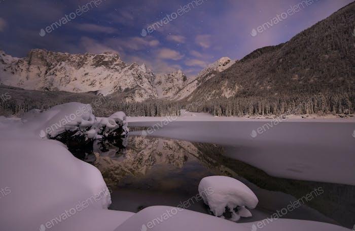 Horizontal de invierno en las montañas junto al lago justo después de la tormenta de Nieve