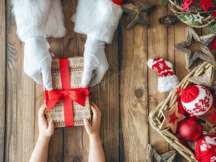 Weihnachtsmann Geschenk für Kind