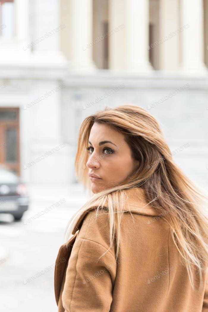 молодая думающая женщина на улице