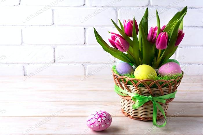 Ostern Tischdekoration mit rosa Tulpe