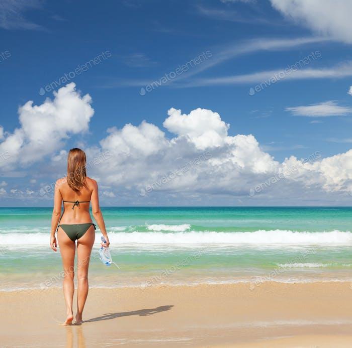 Junge attraktive Frau entspannen am Meer Strand
