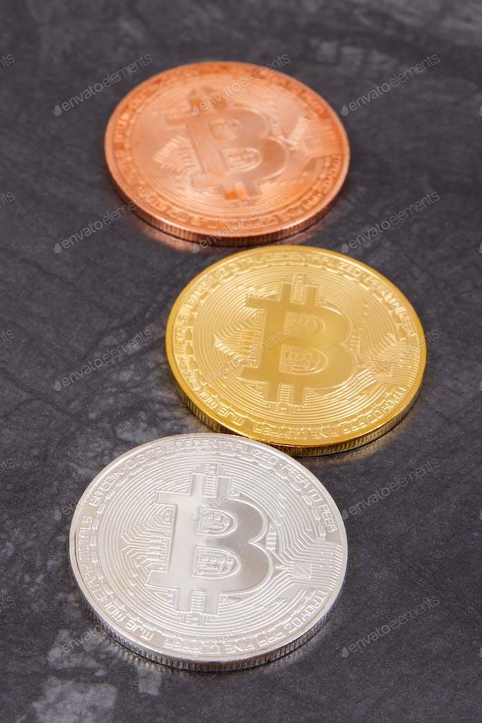 Bitcoin als Kryptowährungsmünze, neues virtuelles Geld und internationales Netzwerkzahlungskonzept