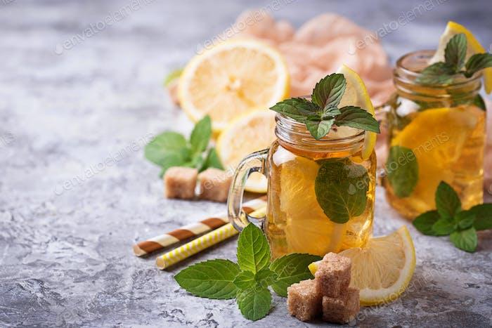 Eistee mit Zitrone und Minze.
