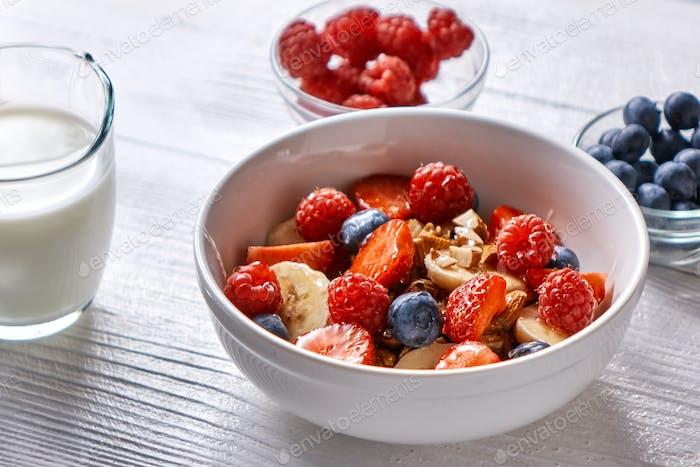 Natürliche Bio-Himbeere, Erdbeere, Heidelbeere, Nüsse, Haferflocken und Sojamilch - das Set von