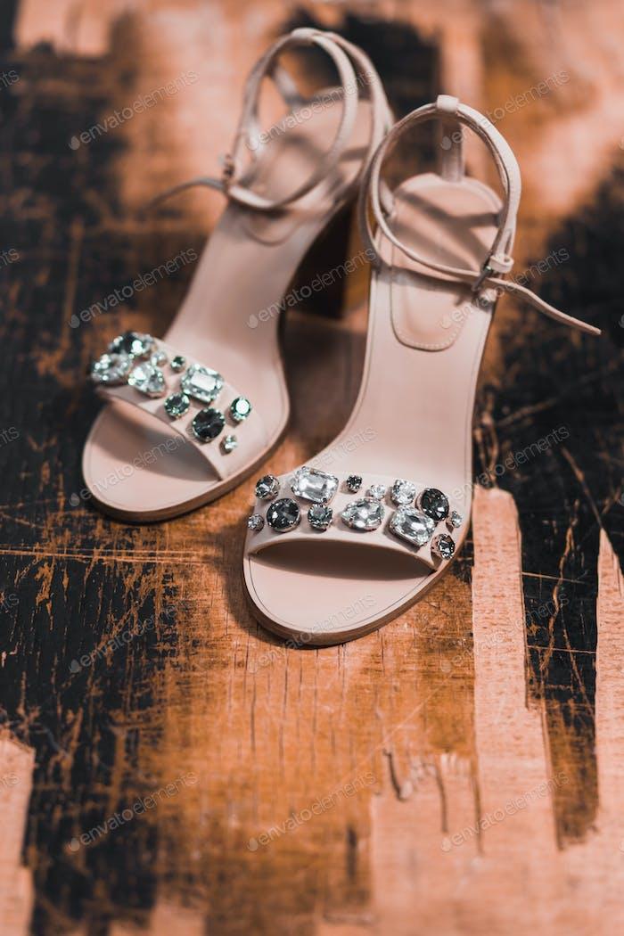 Brautschuhe mit Juwelen auf Holzuntergrund