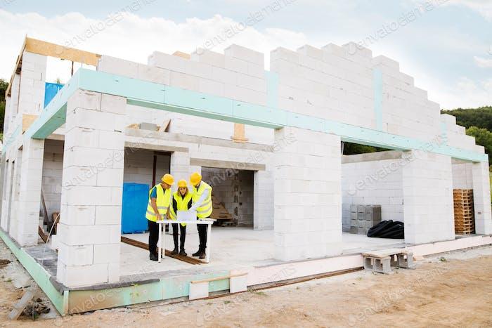 Architekten und Arbeiter auf der Baustelle.