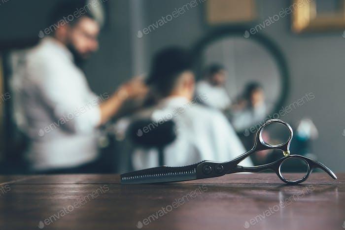 Получение стрижки в парикмахерской