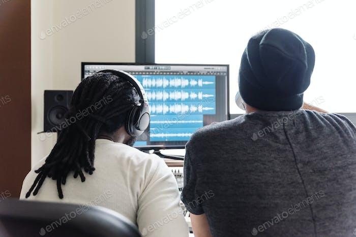 Künstler, die Musik produzieren.