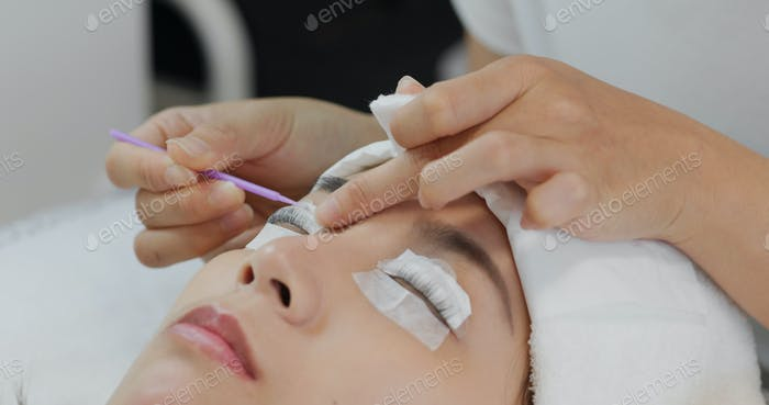 Woman perm her eyelash at beauty salon