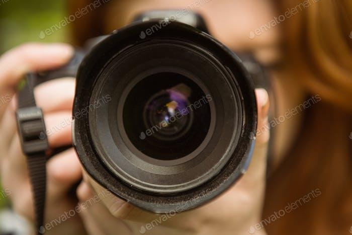 Nahaufnahme der Fotografin im Park