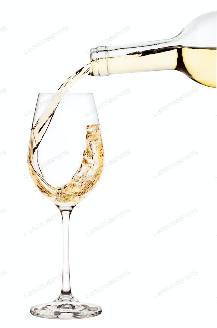 Weißwein wird in Weinglas gegossen