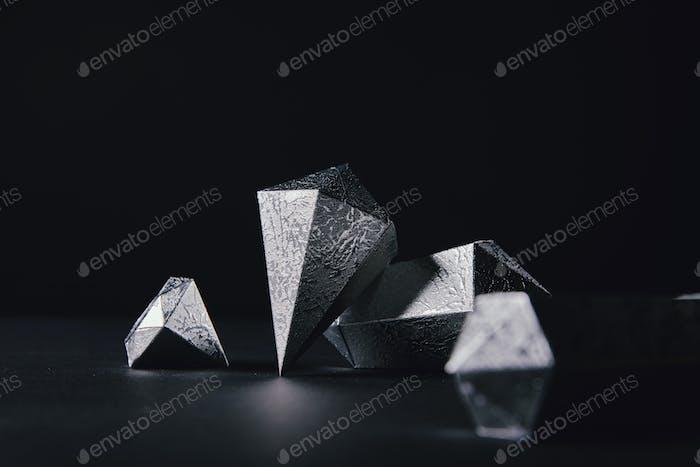 Nahaufnahme von schönen facettierten Silberstücken auf Schwarz