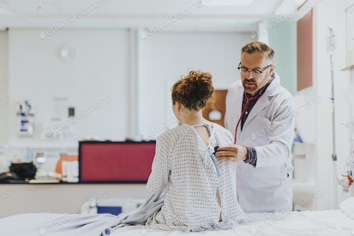 Arzt, der eine ärztliche Untersuchung an einem Patienten macht