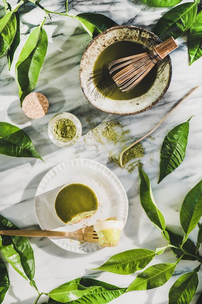 Flach mit grünem Matcha-Käsekuchen Dessert und Matcha-Pulver