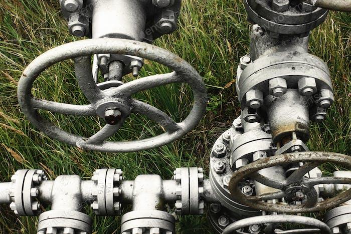 Metall alte Gas- oder Ölpipeline mit Ventilpumpen, Benzinindustrie, industrielle Hintergrund