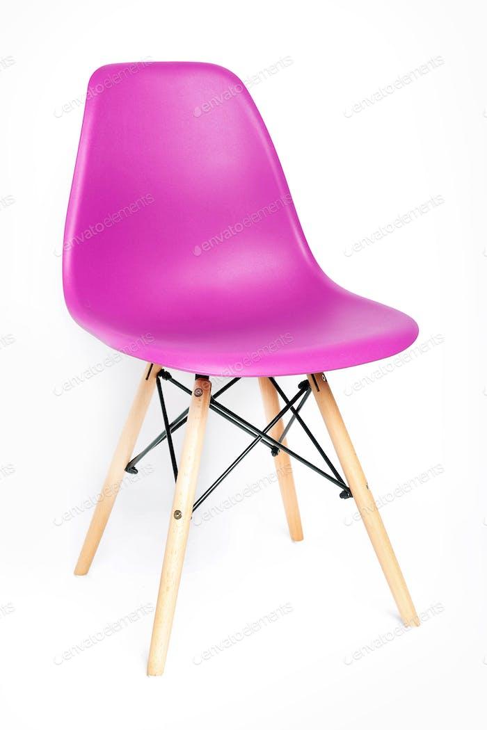 Rosa moderner Stuhl isoliert auf weiß