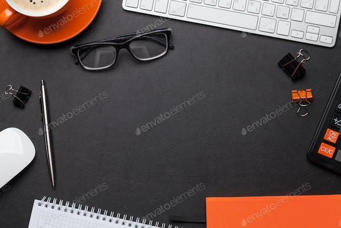 Schreibtisch mit Notizblock, Kaffeetasse und Zubehör