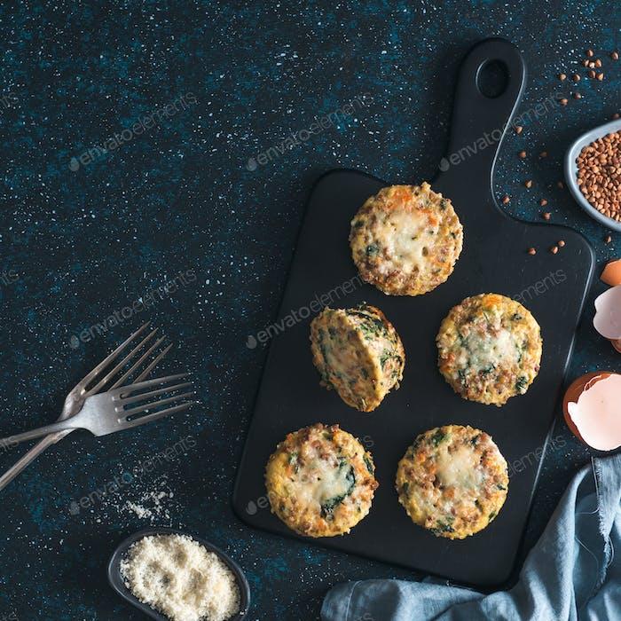 Buchweizen-Auflauf mit Spinat, Karotten, Parmesan
