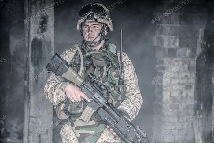 Ausgestattet Marine in Kampfbedingungen im Kriegsgebiet