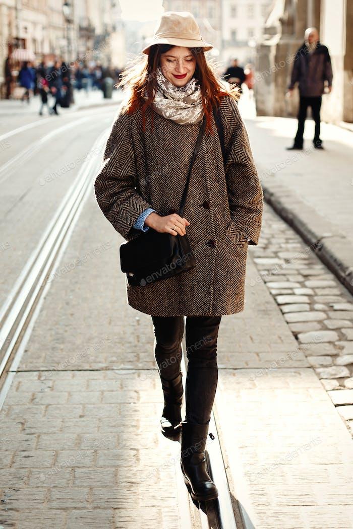 Счастливый и стильный довольно хипстер женщина ходьба