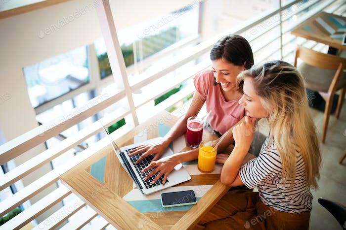 Glückliche junge Frauen Freunde haben Spaß zusammen, arbeiten, reden